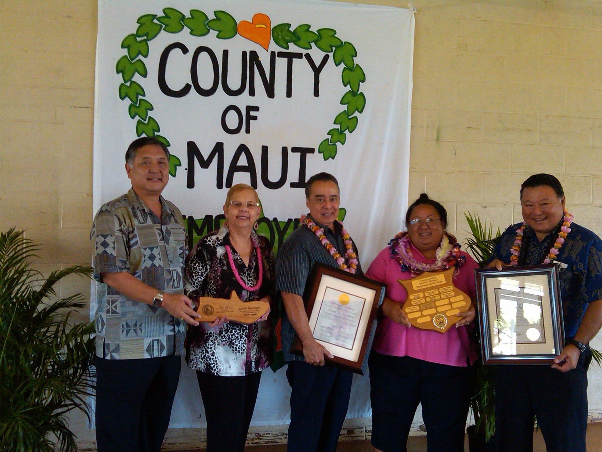 Left to right: Council members Riki Hokama and Gladys Baisa, Council Chair Danny Mateo, Employee of the Year Rachelle Ing-Kupau and Mayor Alan Arakawa. Photo courtesy Janice Shishido.